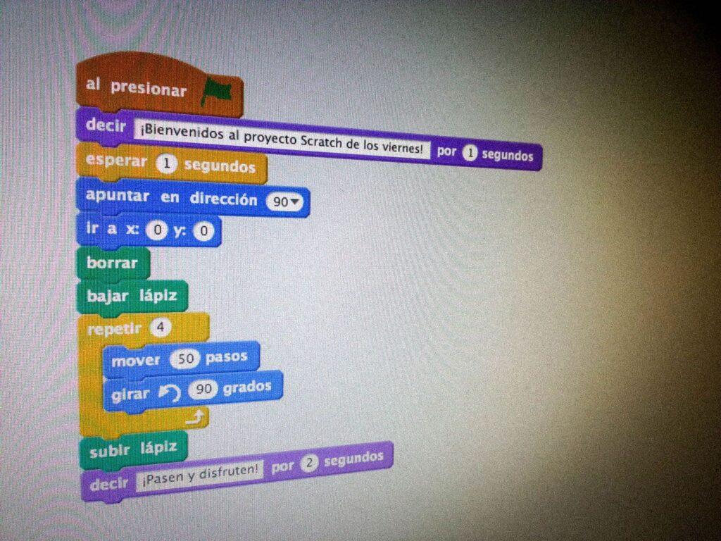 monitor con gráfica programación en los colegios