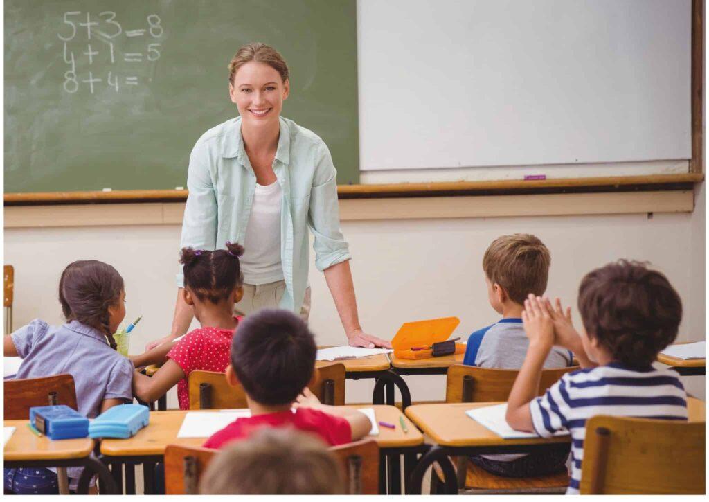 profesora dando clase de programación en los colegios