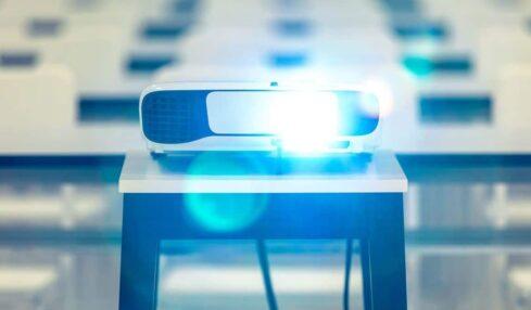 cropped proyectores en el aula