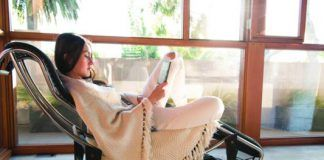 Kindle-Oasis_Woman-Reading_533x356