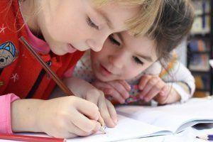 niñas estudiando
