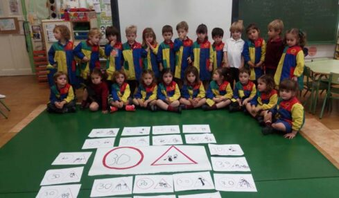 Alumnos de Infantil aprenden las señales de tráfico con códigos QR y robots 2