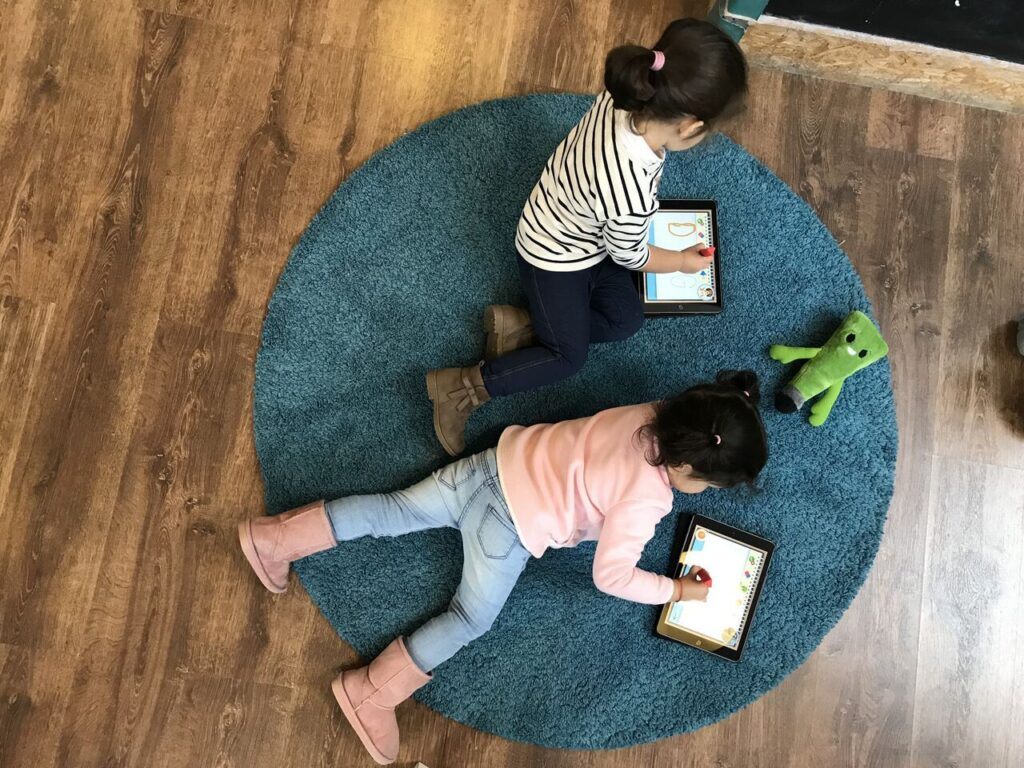 niños escribiendo