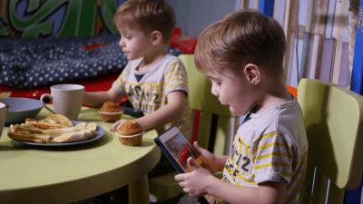 niños jugando tablet