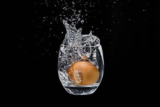 huevo en copa de agua