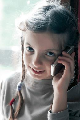 niña hablando con el móvil