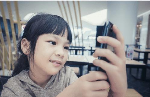 niña con su primer móvil
