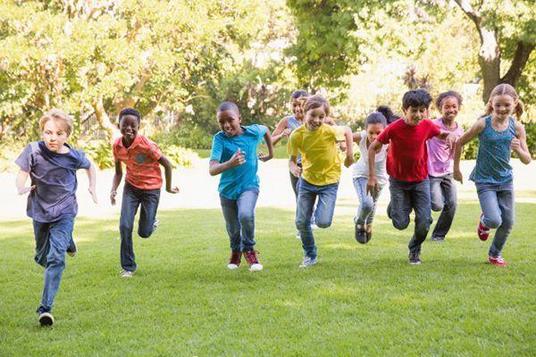 niños corriendo campo