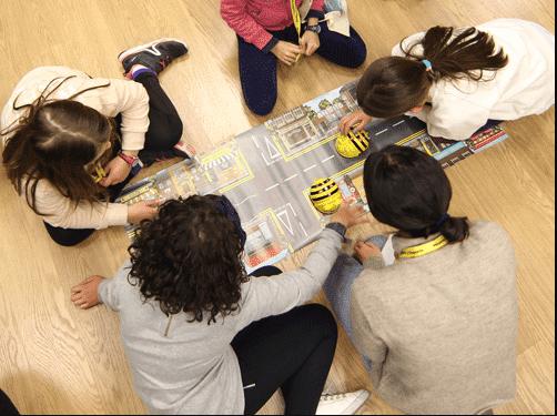 niños con robots en el aula