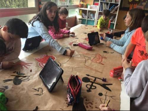 Alumnos trabajando con tabletas