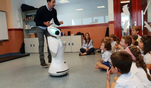 SANBOT robot en el aula