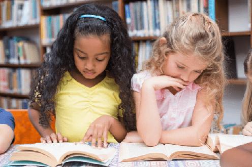 estudiantes leyendo en el aula