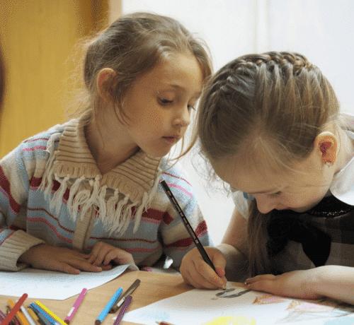 ACNUR niñas refugiadas en clase estudiando