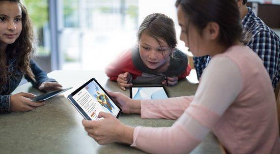 estudiantes con un iPad