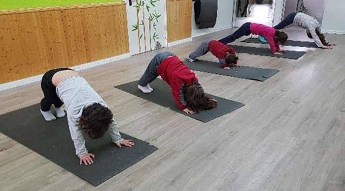 clase de yoga en el aula