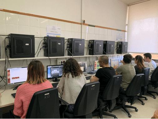 alumnos de FP utilizando ordenadores