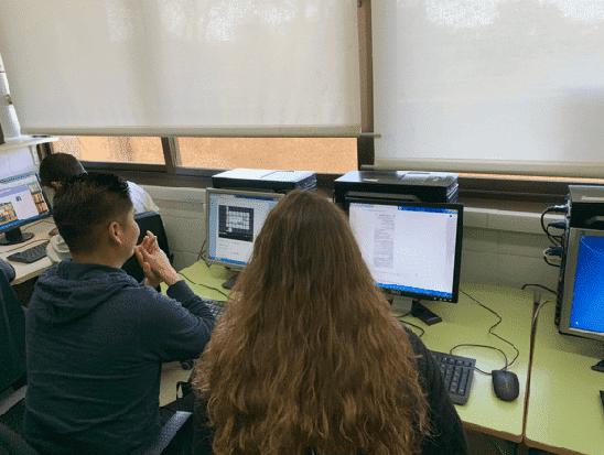 estudiantes de FP usando recursos digitales gratuitos