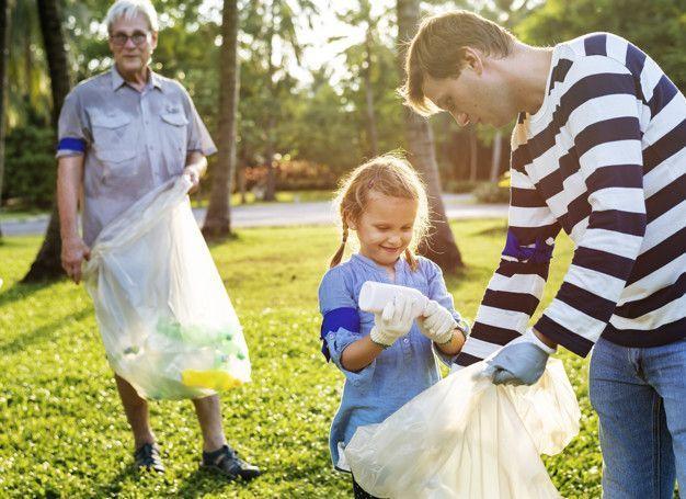 Niños recogiendo basura