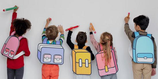 niños escribiendo en pizarra