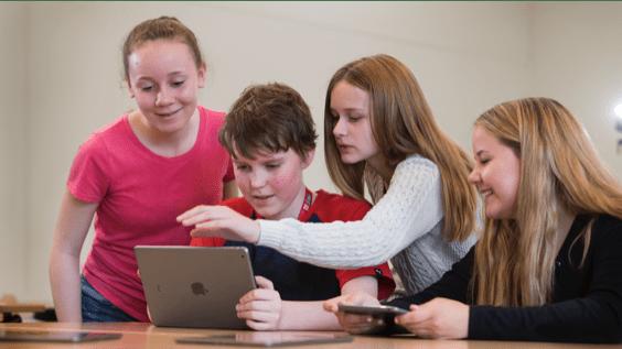 Estudiantes utilizando un ordenador de Apple