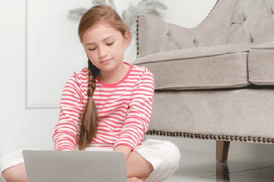 niña navegando por Internet