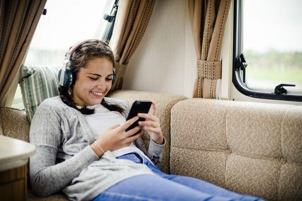 chica uso teléfono móvil