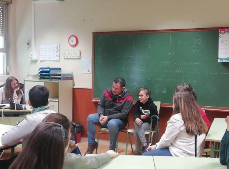 foto Tomás con niño en aula