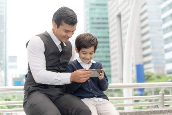 padre e hijo uso teléfono móvil