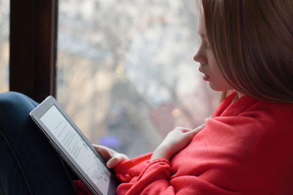 joven lectura digital