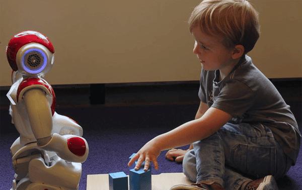 robot asistente voz idiomas