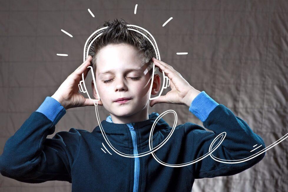 Un niño estucha por unos cascos dibujados