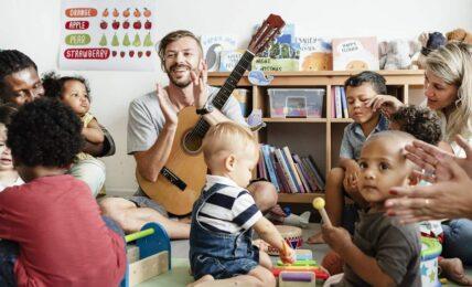 Un profesor de música con niños pequeños