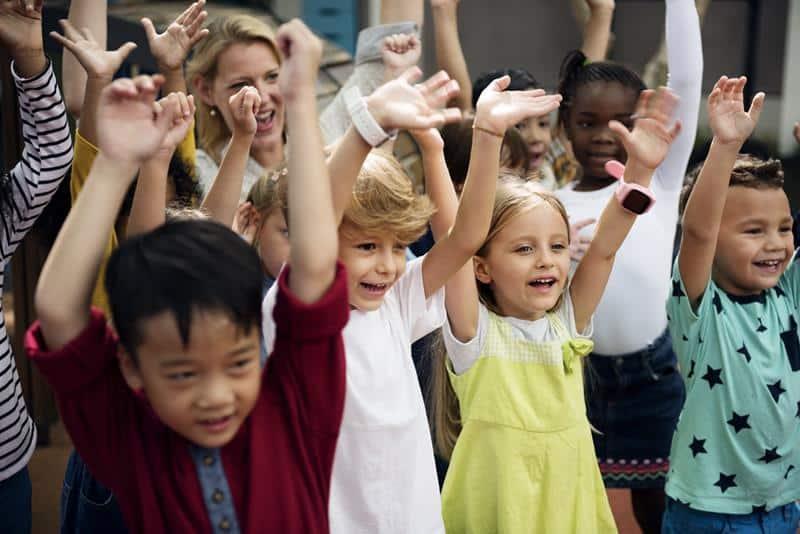 Menores se divierten en clase con una profesora