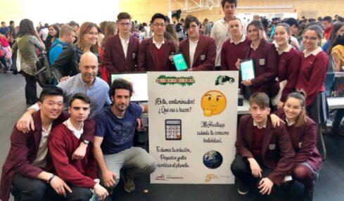 Alumnado de 2º de Bachillerato con los profesores Miguel Castellote y Sebastián Espuny presentando la App en la FirUjiCiencia en la Universidad Jaume I de Castellón