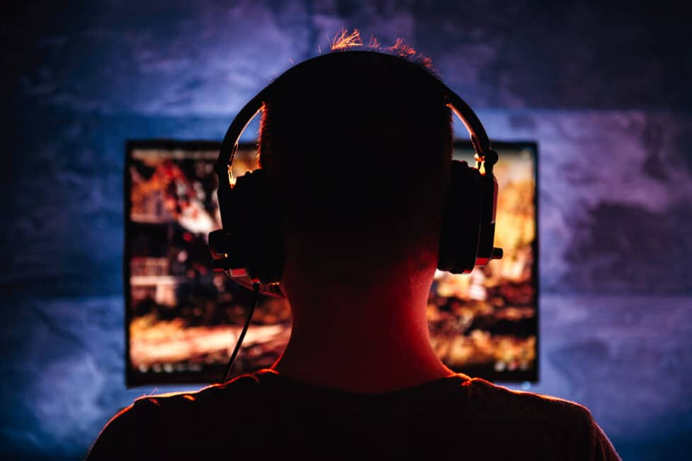 Un joven juega a la consola por la noche