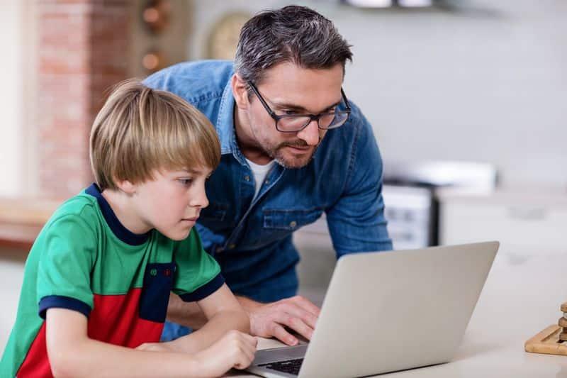 Padre con hijo Internet