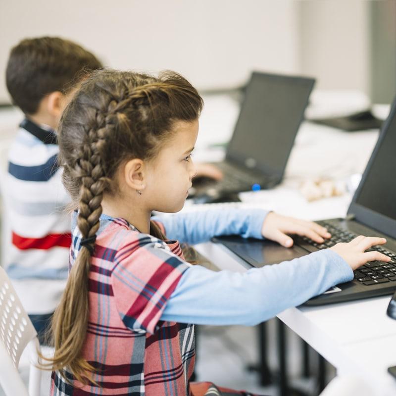 niños utilizando Internet ciberriesgos
