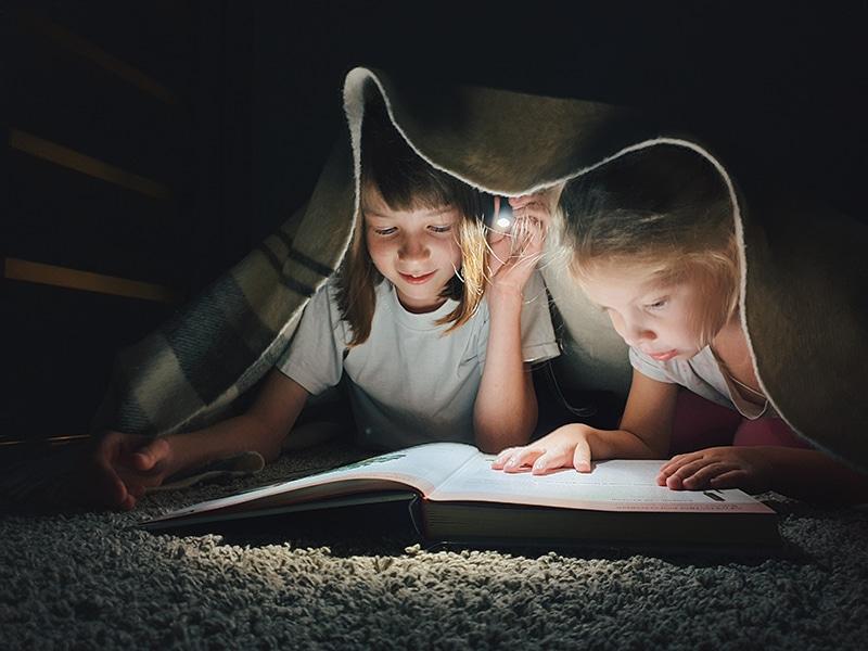 Dos niñas pequeñas - padres leen