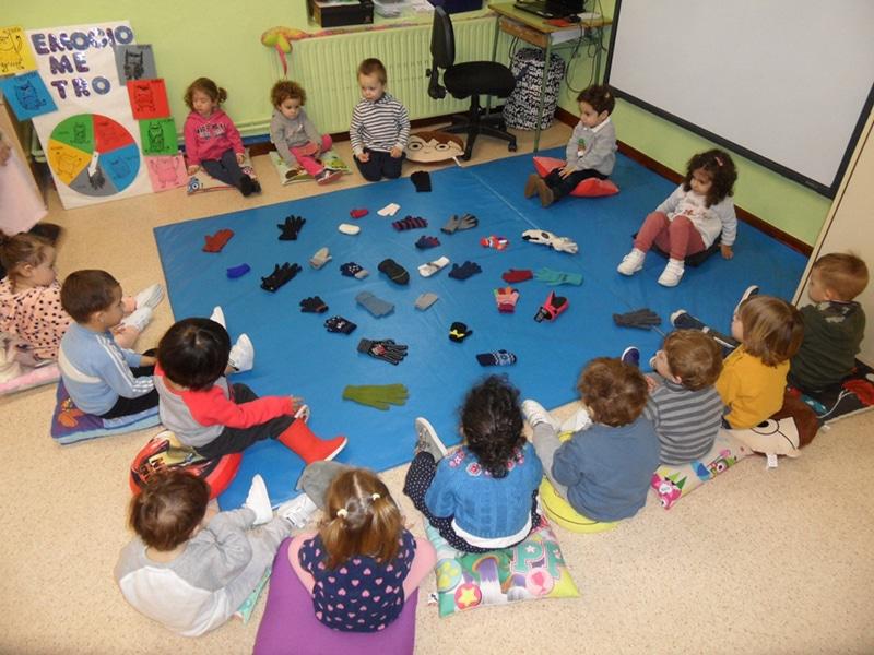 juego guantes invierno en aulas de Infantil