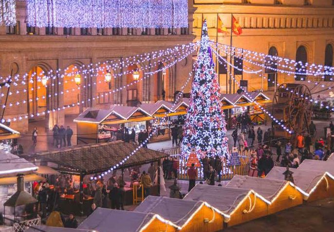 Mercadillo navideño en la Plaza del Pilar de Zaragoza