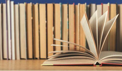 Un libro abierto en una estantería