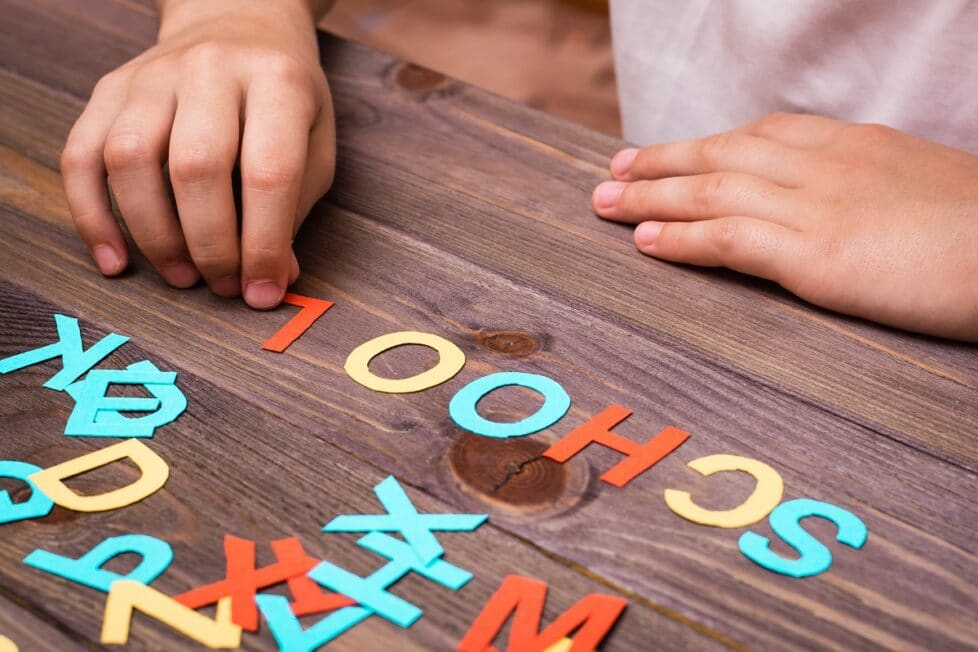 Un niño forma una palabra en inglés