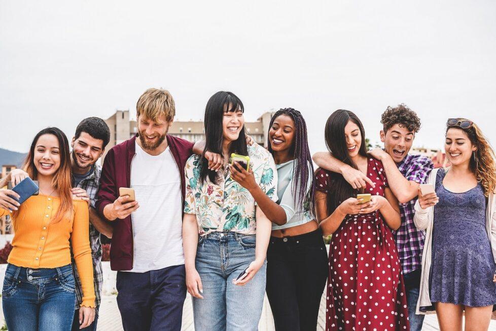 Un grupo de millennials se lo pasa bien con los moviles