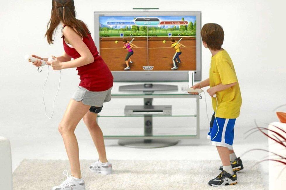 Niños jugando a un videojuego que fomenta el ejercicio físico