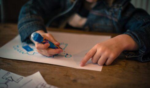 Una niña hace un dibujo
