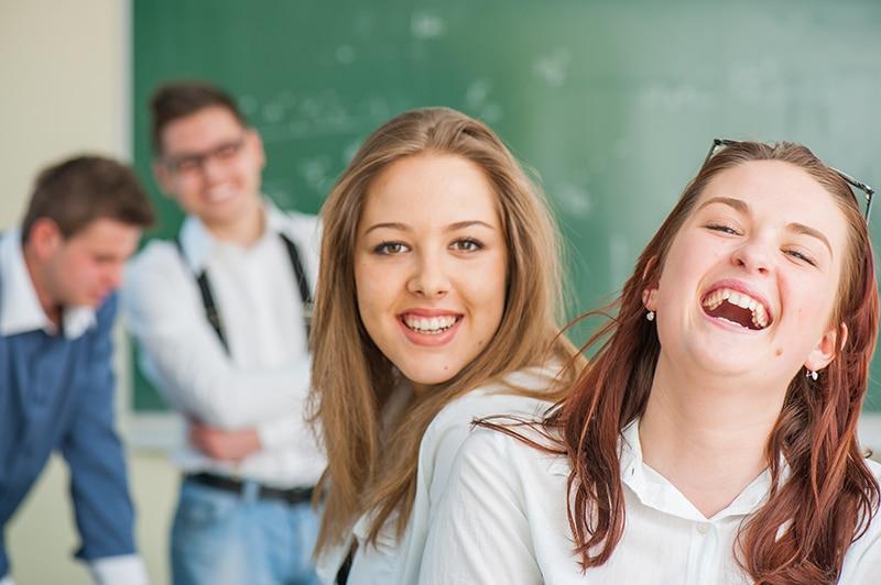 Estudiantes de secundaria riéndose en el aula