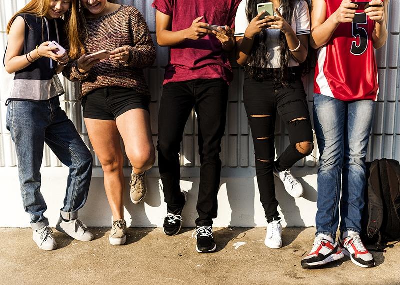 adolescentes con sus teléfonos móviles