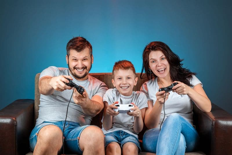 Jugar videojuegos familia