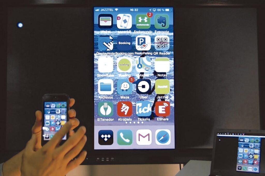 uso monitor interactivo smartphone