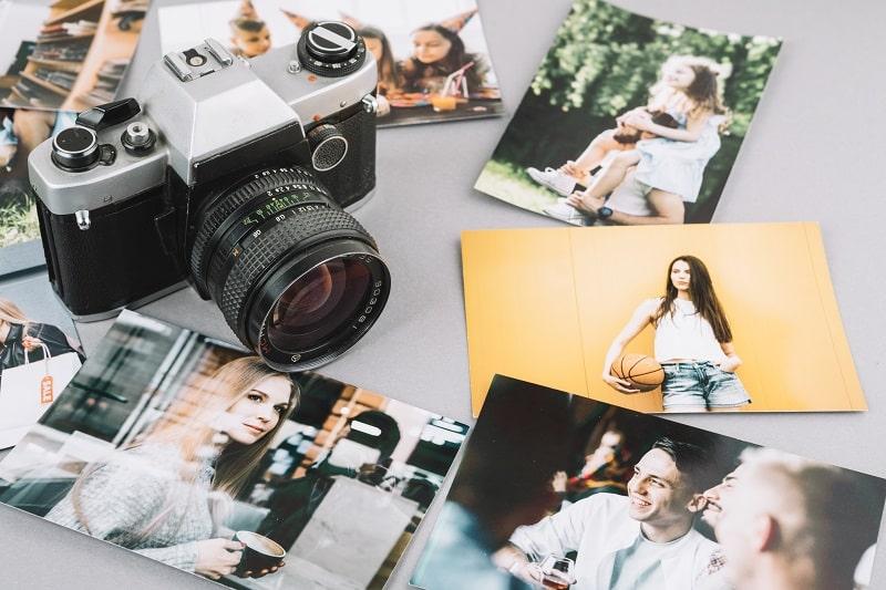 Una cámara de fotos con fotografías MOOC gratuitos